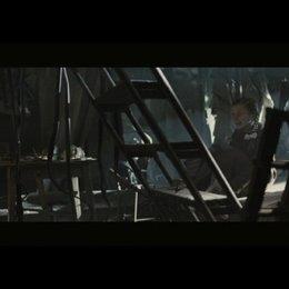 Alexander sieht, wie Lotte für Maulwurf das Versuchskaninchen spielt - Szene Poster