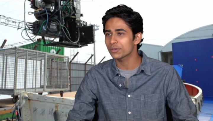 "Suraj Sharma - ""Pi Patel"" über wie er die Rolle bekam - OV-Interview Poster"
