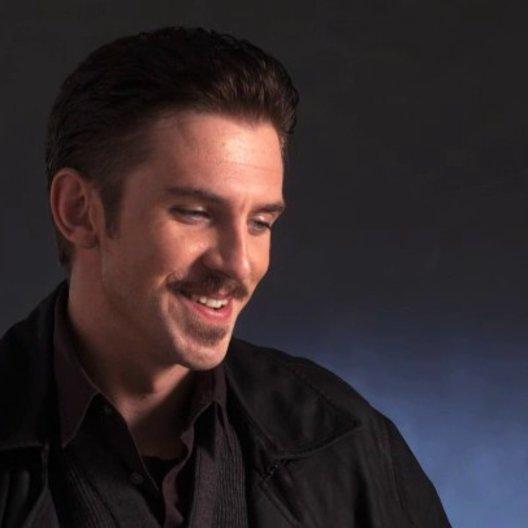 Dan Stevens über Regisseur Scott Frank - OV-Interview Poster