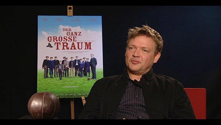 Justus von Dohnanyi (Richard Hartung) darüber was einen guten Lehrer ausmacht - Interview Poster