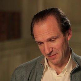 Ralph Fiennes - M. Gustave - über die Schauspielkollegen - OV-Interview Poster