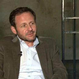 Samül Finzi - Bernhard - über seine Rolle Bernhard - Interview Poster