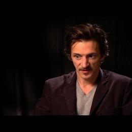 John Hawkes (Patrick) über seine Rolle - OV-Interview Poster