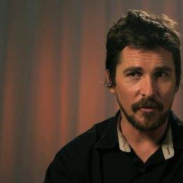 Christian Bale - Irving Rosenfeld -  über die Qualitäten eines guten Trickbetrügers - OV-Interview Poster