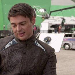 Karl Urban - Dr Leonard McCoy - über seine Freude auf die Fortsetzung - OV-Interview Poster