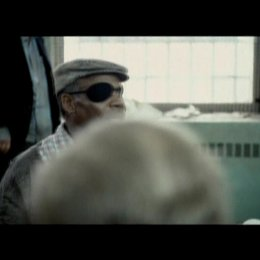 Der Mann mit der Augenklappe gibt den Eingeschlossenen ein Update über die Situation - Szene Poster