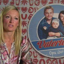 Monika Gruber -Thea- über den plötzlichen Familienzuwachs - Interview Poster