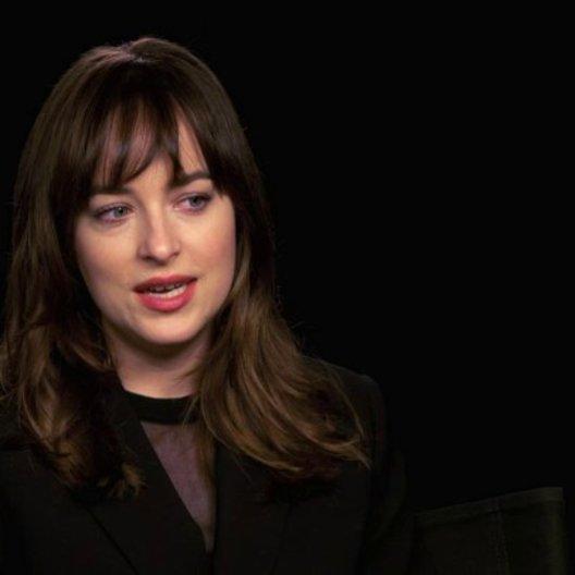 Dakota Johnson über den Dreh der Spielzimmer Szenen - OV-Interview Poster