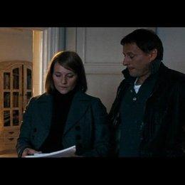Mikael gibt seiner Schwester Annika Lisbeths Video - Szene Poster
