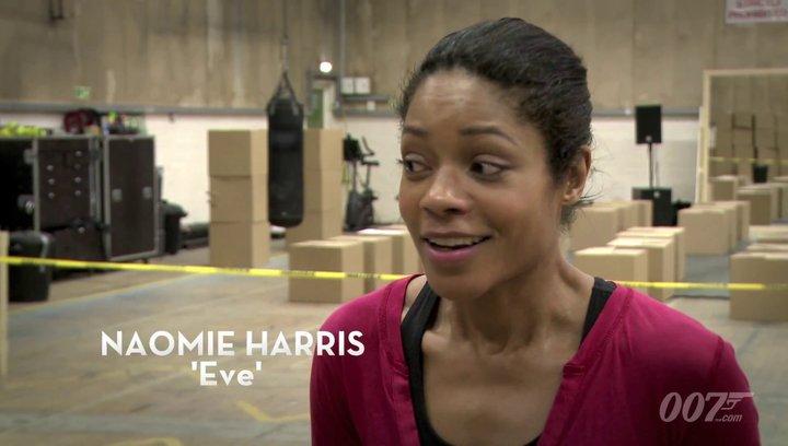 Das neue Bondgirl Naomie Harris in Action. - OV-Featurette Poster