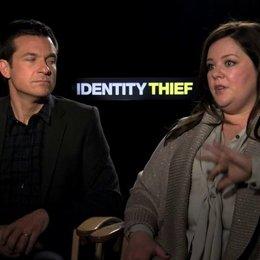 Jason Bateman und Melissa McCarthy über die Herzlichkeit des Films - OV-Interview Poster