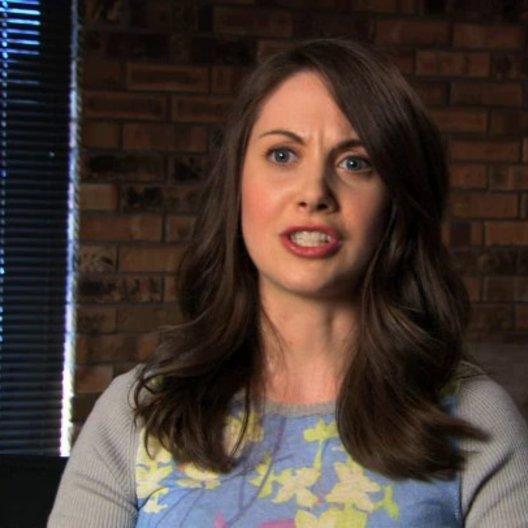 Alison Brie über Suzie Barnes Eilhauer - OV-Interview Poster