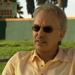 Billy Bob Thornton über seine Rolle als Trainer Morris Buttermaker, die Arbeit mit Richard Linklater, Greg Kinnear und mit Kindern. - OV-Interview Poster