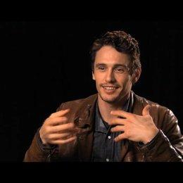 James Franco über die Arbeit mit zwei bildgestaltenden Kameramännern - OV-Interview Poster