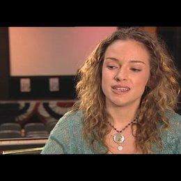 Alicja Bachleda über das Kennenlernen von Tom und Veit - OV-Interview Poster