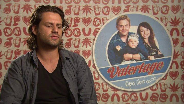 Adam Bousdoukos -Nektarios- über die Familie - Interview Poster