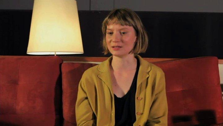 Mia Wasikowska über das Faszinierende an Robyns Abenteuer - OV-Interview Poster