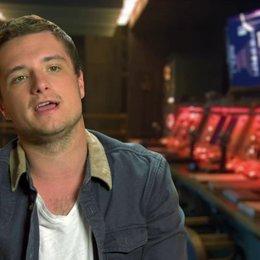 Josh Hutcherson - Peeta Mellark - über Katniss Entscheidung für die Rebellion zu kämpfen - OV-Interview Poster
