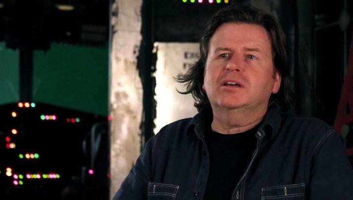 Simon West -Regie- über den Anfang der Geschichte - OV-Interview Poster