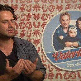 Adam Bousdoukos -Nektarios- über das Verhältnis von Nektarios und Lambert - Interview Poster