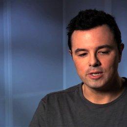 Seth MacFarlane über den Unterschied zwischen Ted und John - OV-Interview Poster