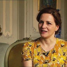 Martina Gedeck über die sprachliche Herausforderung ihrer Rolle - OV-Interview Poster