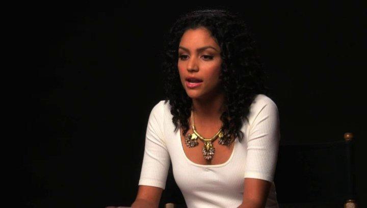 Bianca Santos über die Tonalität des Films - OV-Interview Poster