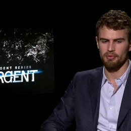 Theo James - Four - was an Insurgent besonders ist - OV-Interview Poster