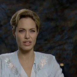 Interview mit Angelina Jolie über die Ehe mit einem Spion und über dunkle Geimnisse - OV-Interview Poster