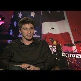 """Garrett Hedlund (""""Beau Hutton"""") über sein erste Reaktion auf das Drehbuch - OV-Interview Poster"""