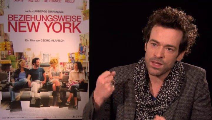 Romain Duris - Xavier Rousseau - über die Dreharbeiten im Vergleich zu den beiden anderen Teilen - OV-Interview Poster