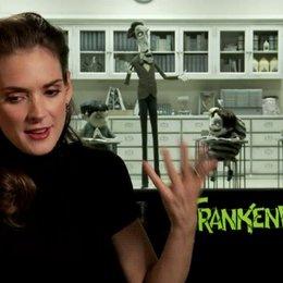 Winona Ryder - Elsa van Helsing - über ihre besondere Beziehung zu Tim Burton - OV-Interview Poster