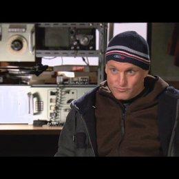 Woody Harrelson über Roland Emmerich - OV-Interview Poster