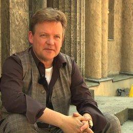 Justus von Dohnanyi über seine Rolle Mr Gordon - Interview Poster