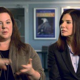Sandra Bullock - Ashburn - und Melissa McCarthy - Mullins - über das Anziehende am Film - OV-Interview Poster