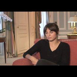 """Kasia Smutniak (""""Caroline"""") über die Zusammenarbeit mit John Travolta und Jonathan Rhys-Meyers - OV-Interview Poster"""