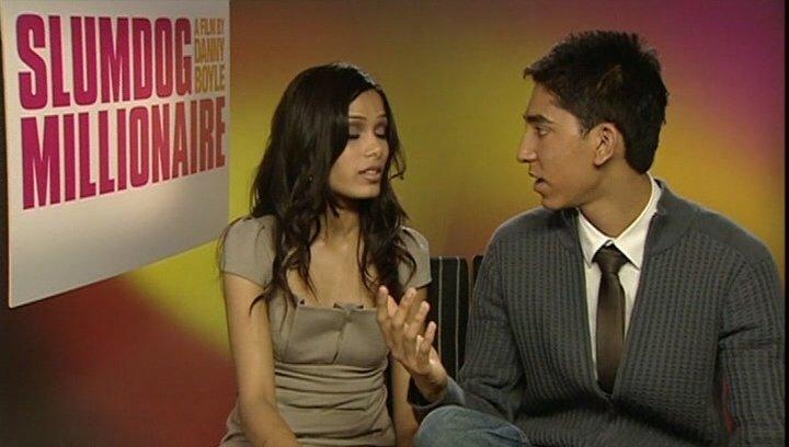 "Dev Patel & Freida Pinto ""Jamal"" & ""Latika"" - über die Musik - OV-Interview Poster"