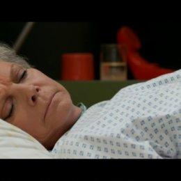 Alex wacht im Krankenbett neben Anni auf - Szene Poster