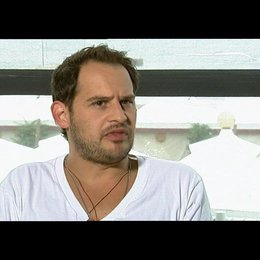 Moritz Bleibtreu darüber einen Italiener zu spielen - OV-Interview Poster