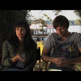 Katharine McPhee und Joel Moore über das Arbeiten mit animierten Haien - OV-Interview Poster