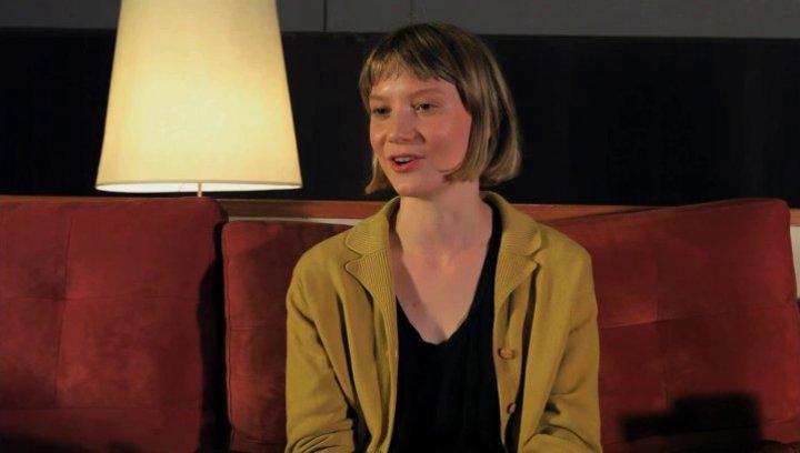 Mia Wasikowska über Robyns Beziehung zu Rick Smolan - OV-Interview Poster