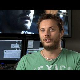 Duncan Jones (Regie) über Jake Gyllenhaals Rolle - OV-Interview Poster