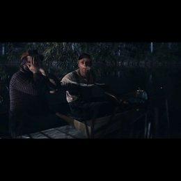 Tucker (Alan Tudyk) und Dale (Tyler Labine) retten Allison (Katrina Bowden aus dem Wasser - Szene Poster