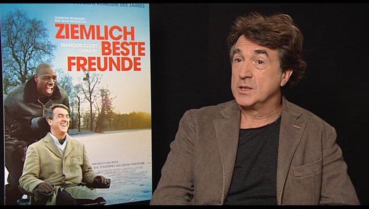 Francois Cluzet (Philippe) über die Zusammenarbeit mit zwei Regisseuren die wie Brüder sind - OV-Interview Poster