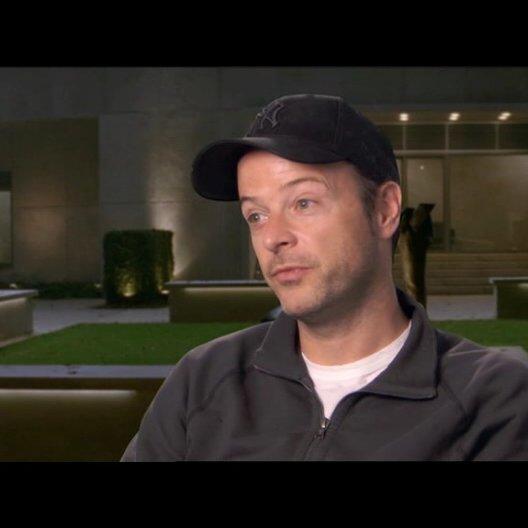 Matthew Vaughn - Regisseur - über die Unterschiede zwischen Erik und Charles am Anfang des Films - OV-Interview Poster
