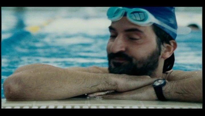 Daniel mit seinem Bruder im Schwimmbad - Szene Poster
