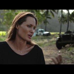 Angelina Jolie über Zamperinis Mühen anderen zu helfen - OV-Interview Poster