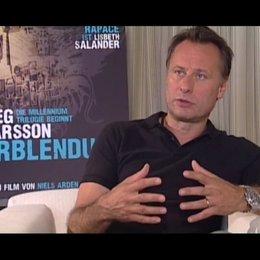 Michael Nyqvist über Mikael Blomkvists und die allgemeine Faszination am Mordfall Harriett - OV-Interview Poster