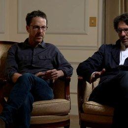 Ethan und Joel Coen - Regisseure - über das Zusammenarbeiten mit T-Bone Burnett - OV-Interview Poster