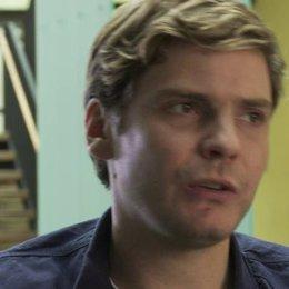 Daniel Brühl - Maximilian - über den deutschen Akzent der Darsteller und die Dreharbeiten in Hamburg - OV-Interview Poster